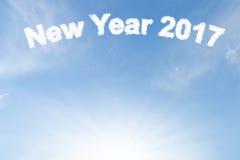 Szczęśliwa nowego roku 2017 chmura i światło słoneczne na niebieskim niebie Zdjęcie Stock