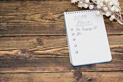 Szczęśliwa nowego roku 2019 karta z robić liście na ciemnym nieociosanym drewnianym tle zdjęcie royalty free