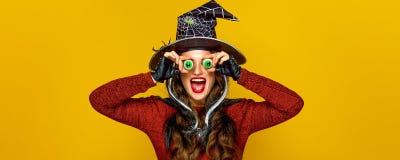 Szczęśliwa nowożytna kobieta na żółtym tle ma zabawa czas Obraz Stock