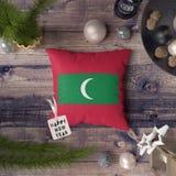 Szczęśliwa nowy rok etykietka z Maldives zaznacza na poduszce Bo?enarodzeniowy dekoracji poj?cie na drewnianym stole z uroczymi p zdjęcia stock