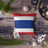 Szcz??liwa nowy rok etykietka z Tajlandia flag? na poduszce Bo?enarodzeniowy dekoracji poj?cie na drewnianym stole z uroczymi prz zdjęcie stock