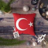 Szcz??liwa nowy rok etykietka z Turcja flag? na poduszce Bo?enarodzeniowy dekoracji poj?cie na drewnianym stole z uroczymi przedm obraz royalty free