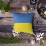 Szcz??liwa nowy rok etykietka z Ukraina flag? na poduszce Bo?enarodzeniowy dekoracji poj?cie na drewnianym stole z uroczymi przed zdjęcia royalty free