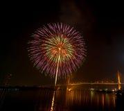 Szczęśliwa nowy rok fajerwerków nocy scena, Bangkok pejzażu miejskiego rzeka vi Zdjęcia Royalty Free