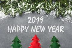 Szczęśliwa nowy rok 2019 inskrypcja i wiecznozielone gałąź obrazy royalty free