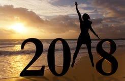 Szczęśliwa nowy rok karta 2018 Sylwetka młoda kobieta na plaży jako część liczby 2018 znak Fotografia Stock