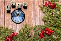 Szczęśliwa nowy rok karta z śniegiem na drewnianym tle Obraz Royalty Free