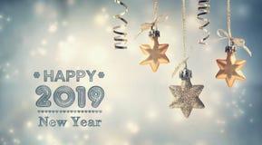 Szczęśliwa nowy rok 2019 wiadomość z obwieszenie gwiazdami ilustracja wektor