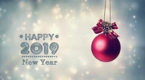 Szczęśliwa nowy rok 2019 wiadomość z wiszącym bauble ilustracji