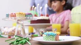 szczęśliwa odświętności urodzinowa rodzina zbiory wideo