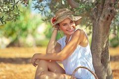 Szczęśliwa ogrodniczki dziewczyna zdjęcie stock