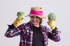 Szczęśliwa Ogrodowa kobieta z brokułami Fotografia Royalty Free