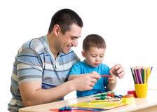 Szczęśliwa ojca i dzieciaka chłopiec bawić się glinę wpólnie Zdjęcia Royalty Free