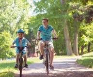 Szczęśliwa ojca i syna przejażdżka na rowerach fotografia royalty free