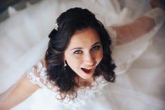 Szczęśliwa panna młoda ono uśmiecha się, piękny oko, włosiany makeup zdjęcie royalty free