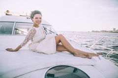Szczęśliwa panna młoda podróżuje wpólnie na jachcie Obrazy Royalty Free