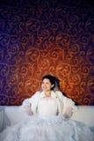 szczęśliwa panny młodej kanapa obraz royalty free