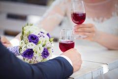 Szczęśliwa para świętuje ich ślub Obrazy Royalty Free