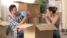 Szczęśliwa para żartuje gdy ruszający się do domu zbiory