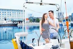 Szczęśliwa para żegluje wpólnie w oceanie zdjęcie royalty free