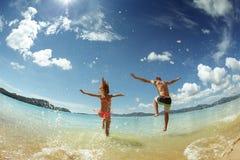 Szczęśliwa para bieg morza plaży podróż Obrazy Stock