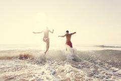 Szczęśliwa para biega morze zdjęcia stock