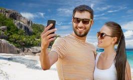 Szczęśliwa para bierze selfie smartphone na plaży zdjęcie stock