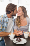 Szczęśliwa para cieszy się kawę Fotografia Royalty Free