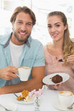 Szczęśliwa para cieszy się kawę i tort Obrazy Royalty Free