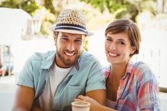 Szczęśliwa para cieszy się kawę wpólnie Zdjęcia Stock