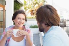 Szczęśliwa para cieszy się kawę wpólnie Fotografia Royalty Free