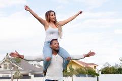 Szczęśliwa para cieszy się latać na ulicie Fotografia Royalty Free