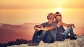 Szczęśliwa para cieszy się zmierzchu widok fotografia royalty free