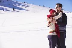 Szczęśliwa para figlarnie podczas zima wakacji urlopowego outside w śniegu parku wpólnie obraz royalty free