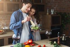 Szczęśliwa para gotuje zdrowego jedzenie wpólnie Obrazy Royalty Free