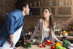 Szczęśliwa para gotuje zdrowego jedzenie wpólnie Zdjęcia Stock
