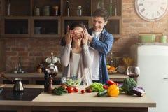 Szczęśliwa para gotuje zdrowego jedzenie wpólnie Obraz Royalty Free