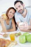 Szczęśliwa para je śniadanie wpólnie Obraz Stock