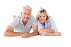 Szczęśliwa para kłama uśmiecha się przy kamerą Obrazy Royalty Free