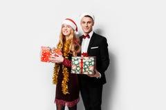 Szczęśliwa para kochankowie, w Święty Mikołaj kapeluszach, świętuje Ne zdjęcie royalty free