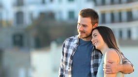 Szczęśliwa para kontempluje krajobraz w miasteczku zdjęcie wideo