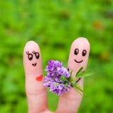 szczęśliwa para Mężczyzna daje kwiaty kobieta Fotografia Royalty Free