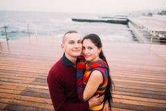 Szczęśliwa para młodzi kochankowie pozuje i ono uśmiecha się na kuszetce w deszczowym dniu Romantyczny miesiąc miodowy Obraz Stock