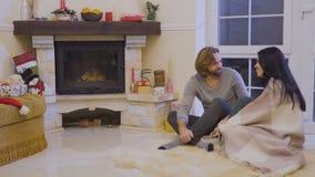 Szczęśliwa para małżeńska opowiada blisko graby obsiadania na podłoga zbiory wideo