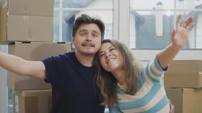 Szczęśliwa para małżeńska planuje ich życie w nowym domu zbiory wideo
