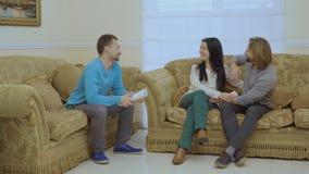 Szczęśliwa para małżeńska robi pokojowi przy psychologa ` s przyjęciem zbiory
