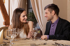 Szczęśliwa para ma gościa restauracji Obrazy Royalty Free