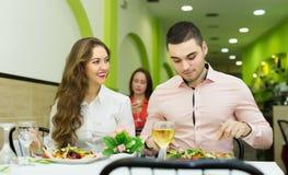 Szczęśliwa para ma gościa restauracji przy restauracją Zdjęcie Stock