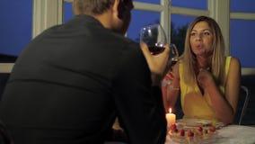 Szczęśliwa para Ma gościa restauracji W kawiarni blaskiem świecy, napój rozmowa I czerwone wino I zbiory wideo