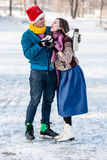 Szczęśliwa para ma zabawę i pije gorącej herbaty na lodowisku outdoors Obraz Royalty Free